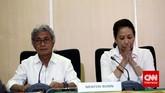 Dwi Soetjipto, Dirut Pertamina dan Rini Soemarno, Menteri BUMN mendengarkan pertanyaan wartawan saat menggelar konferensi pers di Kementerian BUMN.