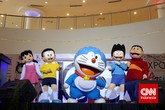 Selain itu, tentunya pameran tidak akan lengkap tanpa merchandise. Sebelum masuk dan di pintu keluar pameran, pengunjung dapat membeli pernak pernik Doraemon dari boneka, gantungan kunci, figurin, dan lain-lain. (CNN Indonesia/Adhi Wicaksono)