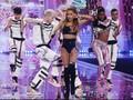 Ariana Grande Dibela Fans dengan Tagar #lickdonutswithari