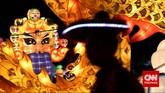 Pengunjung mengamati lampion berbentuk Topeng Kabuki dalam acara 'Jakarta Lantern Festival' yang diadakan di Lapangan Banteng, Jakarta, Kamis, 12 Desember 2014. (CNN Indonesia/Adhi Wicaksono)