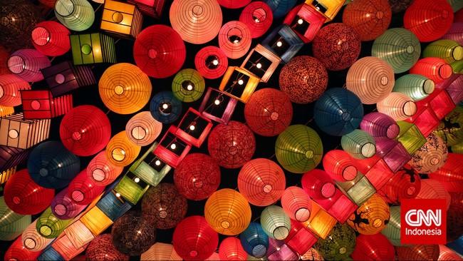 Beragam jenis lampion beserta warna-warni kertas lampion memberikan pemandangan yang segar kepada pengunjung. (CNN Indonesia/Adhi Wicaksono)