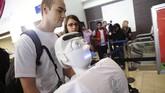 Alexander Herzog, mahasiswa doktoral di Max Planck Society, mendorong robot manusia Athena memasuki Bandara Internasional Los Angeles, Senin (15/12) waktu setempat. Robot yang bakal diterbangkan ke Jerman itu mengenakan pakaian sporty dan sepatu sneakers.