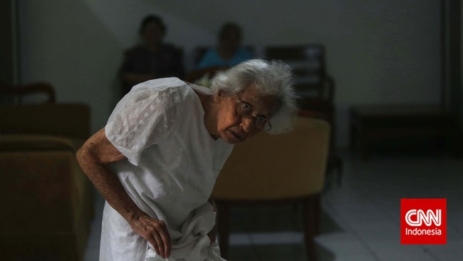 Sejumlah ibu-ibu lansia beraktivitas sore di salah satu Panti Wreda, Jakarta. Tak ada kegiatan khusus yang dilaksanakan bagi ibu-ibu lansia ketika memperingati hari Ibu Nasional pada 22 Desember ini. (CNN Indonesia/Adhi Wicaksono)