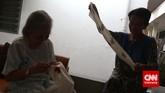 Seorang ibu lansia menjahit di salah satu Panti Wreda, Jakarta. Tak ada kegiatan khusus yang dilaksanakan bagi ibu-ibu lansia ketika memperingati hari Ibu Nasional pada 22 Desember ini. (CNN Indonesia/Adhi Wicaksono)