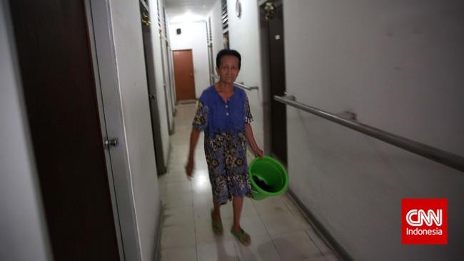 Seorang ibu lansia usai menyuci di salah satu Panti Wreda, Jakarta. Tak ada kegiatan khusus yang dilaksanakan bagi ibu-ibu lansia ketika memperingati hari Ibu Nasional pada 22 Desember ini. (CNN Indonesia/Adhi Wicaksono)