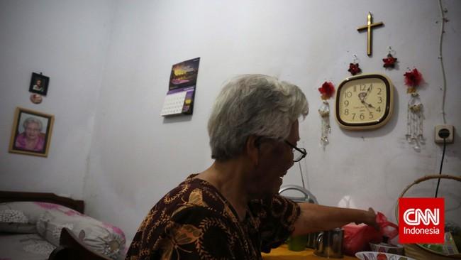 Seorang ibu lansia merapihkan kamarnya di salah satu Panti Wreda, Jakarta. Tak ada kegiatan khusus yang dilaksanakan bagi ibu-ibu lansia ketika memperingati hari Ibu Nasional pada 22 Desember ini. (CNN Indonesia/Adhi Wicaksono)
