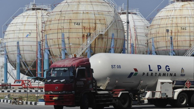Sebuah truk pengangkut elpiji melintasi terminal penyimpanan elpiji milik PT Pertamina usai bongkar muat di Kawasan Tanjung Priok Jakarta, Kamis (25/12). (Antara Foto/Wahyu Putro A)