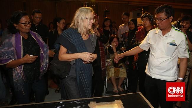Istri almarhum Sitor Situmorang, Barbara Brouwer ikut mendampingi mendiang dari Belanda dan tiba di tempat persemayaman di Galeri Nasional, Jakarta, Senin (29/12). Penyair kelahiran Tapanuli Utara itu sempat dipenjara sebagai tahanan politik pada 1957-1974 oleh pemerintah Orde Baru. (CNN Indonesia/Safir Makki)