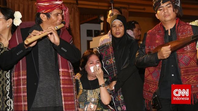 Keluarga dan kerabat menangis menyambut kedatangan jenazah Sitor Situmorang di tempat persemayaman di Galeri Nasional, Jakarta, Senin (29/12). Penyair kelahiran Tapanuli Utara itu sempat dipenjara sebagai tahanan politik pada 1957-1974 oleh pemerintah Orde Baru. (CNN Indonesia/Safir Makki)