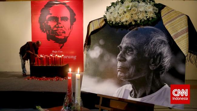 Keluarga menyalakan lilin sebagai tanda penerang jalan almarhum Sitor Situmorang. (CNN Indonesia/Safir Makki)