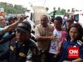 Walikota Surabaya Risma Ikut Tenangkan Keluarga Korban