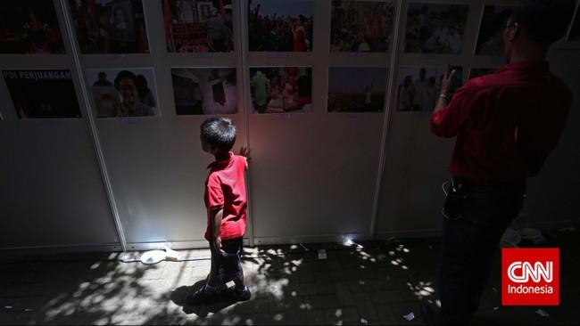 Parasimpatisan PDI-P disuguhipameran foto pada peringatan HUT PDI-P ke-42 di Kantor DPP PDI-P, Jakarta, Sabtu (10/1). (CNN Indonesia/Adhi Wicaksono)