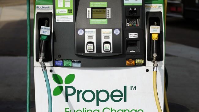 Mesin pengisian bahan bakar di stasiunpengisian bahan bakar di San Diego, California (8/1), menyediakan bahan bakar alternatif selain bensin. (Mike Blake)