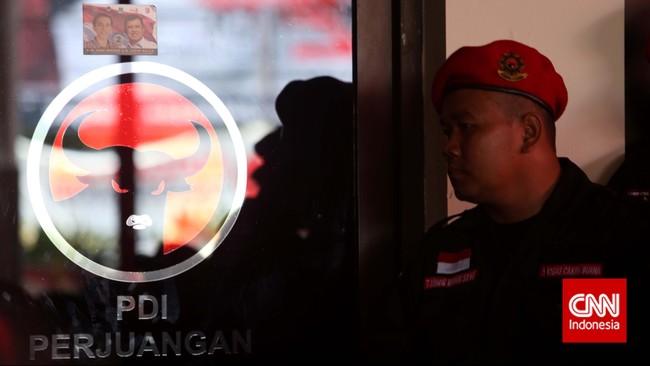 Seorang satuan tugas melakukan penjagaan dalamperingatan HUT PDI-P ke-42 di Kantor DPP PDI-P, Jakarta,Sabtu (10/1). (CNN Indonesia/Adhi Wicaksono)