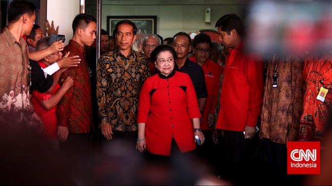 Ketua Umum PDI Perjuangan Megawati Soekarnoputri (kanan) bersama Presiden sekaligus kader Joko Widodo (kiri) pada peringatan HUT PDI-P ke-42 di Kantor DPP PDI-P, Jakarta, Sabtu (10/1). (CNN Indonesia/Adhi Wicaksono)