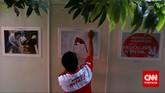 Seorang kader partai sedang melakukan persiapanperingatan HUT PDI-P ke-42 di Kantor DPP PDI-P, Jakarta,Sabtu (10/1). (CNN Indonesia/Adhi Wicaksono)