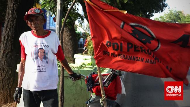 Pak Bolin 66 tahun, simpatisan PDIP menggunakan sepeda menuju Tugu Proklamisi untuk mengikuti pesta rakyat HUT PDI Perjuangan ke-42, Jakarta,Sabtu (10/1). (CNN Indonesia/Adhi Wicaksono)