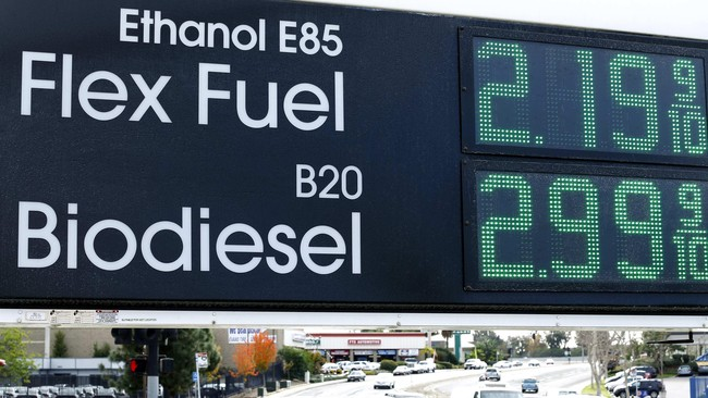 Harga bahan bakar di sebuah stasiun pengisian alternatif di San Diego, California (8/1). (Mike Blake)