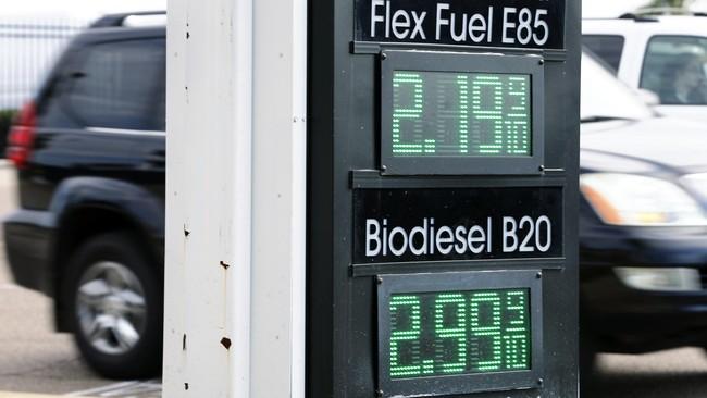 Komparasi harga biodiesel dan harga bensin tertera pada digital mesin pengisian bahan bakar alternatif di stasiunpengisian di San Diego, California (8/1).(Mike Blake)