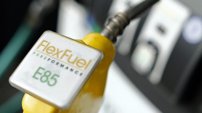 Nozzle biodiesel di sebuah stasiun pengisian bahan bakar di San Diego, California (8/1). Biodiesel merupakan bahan bakar yang terbuat dari lemak minyak nabati atau hewani. (Mike Blake).