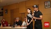 Relawan Salam Dua Jari, Olga Lydia dan Jflow membacakan petisi saat audiensi dengan lembaga KPK di Kantor Komisi Pemberantasan Korupsi (KPK), Jakarta, Kamis (15/1). Para relawan beraksi di kantor KPK mendukung pengusutan kasus rekening gendut yang disangkakan kepada Komisaris Jenderal Budi Gunawan. (CNN Indonesia/Safir Makki)