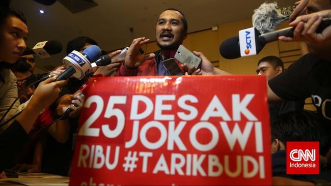 Ketua KPK Abraham Samad memberikan keterangan pers usai audiensi dengan relawan Salam Dua Jari di Kantor Komisi Pemberantasan Korupsi (KPK), Jakarta,Kamis (15/1). (CNN Indonesia/Safir Makki)