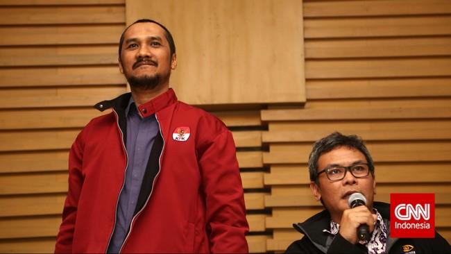 Ketua Komisi Pemberantasan Korupsi, Abraham Samad (kiri) dan staf KPK Johan Budi saat menerima para pengunjuk rasa dari kalangan relawan Salam Dua Jari, Kamis (15/1). (CNN Indonesia/Safir Makki)