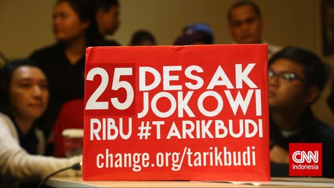 Kotak simbol dukungan mendesak Jokowi untuk menarik Budi Gunawan menjadi Kapolri di Kantor Komisi Pemberantasan Korupsi (KPK), Jakarta, Kamis (15/1). Para relawan beraksi di kantor KPK mendukung pengusutan kasus rekening gendut yang disangkakan kepada Komisaris Jenderal Budi Gunawan. (CNN Indonesia/Safir Makki)