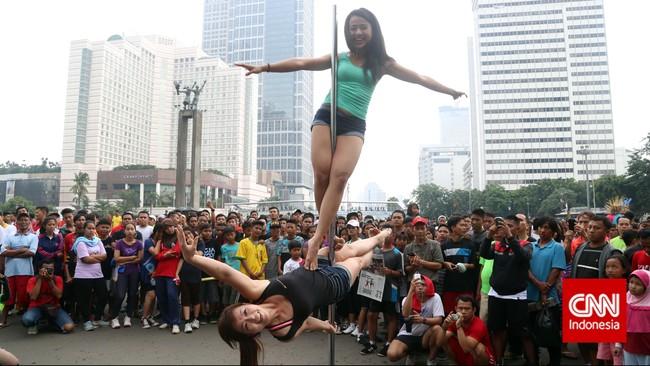 Mengakar di Tiongkok, sebagai salah satu aksi sirkus. Kini, banyak orang tertarik mempelajari pole dancing karena terbukti memberikan manfaat untuk kesehatan jantung, meningkatkan fleksibilitas, meningkatkan kekuatan otot.