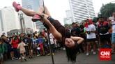 Butuh kekuatan otot tubuh maksimal untuk dapat melakukan gerakan duchess sebagaimana dilakukan oleh seorang penari pole dance dari Indonesia Pole Dance Assocaiation (IPDA) saat Car Free Day di Bundaran HI, Jakarta, Minggu (18/1).