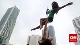Dari sirkus di Tiongkok, pole dancing merebak ke berbagai negara, dan menjadi bagian atraksi di kelab malam atau kelap penari telanjang. Memasuki milenium kedua, pole dancing menjadi salah satu fitur andalan di pusat kebugaran yang banyak diminati kalangan muda.