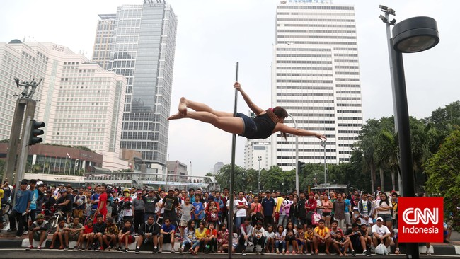 Salah satu gerakan pole dancing yang menyerupai kibaran bendera. Dengan rutin berlatih, otot-otot dapat menopang tubuh pada satu tiang sebagaimana dilakukan penari pole dance dari Indonesia Pole Dance Assocaiation (IPDA) saat kegiatan Car Free Day di Bundaran HI, Jakarta, Minggu (18/1).