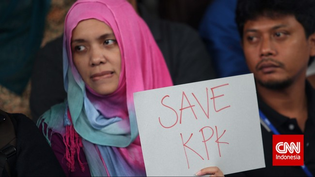 Sejumlah masa Koalisi Masyarakat Sipil Anti Korupsi membentangkan poster dukungan pada kpk di Gedung KPK Jakarta, Jumat (23/1). Mereka menuntut Mabes Polri membebaskan Wakil Ketua KPK Bambang Widjojanto yang ditangkap pihak kepolisian. (CNN Indonesia/Adhi Wicaksono)