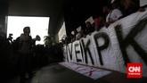 Koalisi Masyarakat Sipil Anti Korupsi membentangkan poster 'SAVE KPK' di Gedung KPK Jakarta, Jumat (23/1). Mereka menuntut Mabes Polri membebaskan Wakil Ketua KPK Bambang Widjojanto yang ditangkap pihak kepolisian. (CNN Indonesia/Adhi Wicaksono)