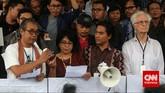 Budayawan Butet Kertaredjasa (kiri) bersama aktivis HAM Suciwati (kedua kiri) dan Rohaniawan Romo Magnis Suseno, bersama masa Koalisi Masyarakat Sipil Anti Korupsi melakukan aksi 'SAVE KPK' di Gedung KPK Jakarta, Jumat (23/1). (CNN Indonesia/Adhi Wicaksono)