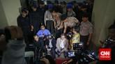Sejumlah Aparat Polisi memaksa Pimpinan KPK dan wartawan untuk meninggalkan kantor Wakapolri di Komplek Mabes Polri, Jakarta, Jumat malam, 23 Januari 2015.Pimpinan KPK Bambang Widjojanto kini sudah dibebaskan setelah pemeriksaan oleh Bareskrim Polri. (CNN Indonesia/Adhi Wicaksono)