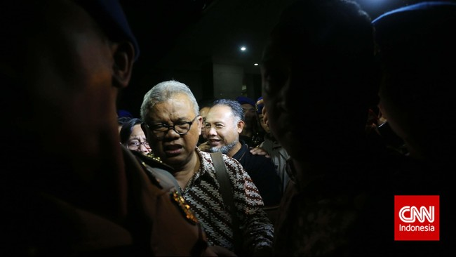 Wakil Ketua Komisi Pemberantasan Korupsi, Bambang Widjojanto, sesaat setelah keluar dari kantor Bareskrim Mabes Polri, Jakarta, Sabtu (24/1). (CNN Indonesia/Adhi Wicaksono)