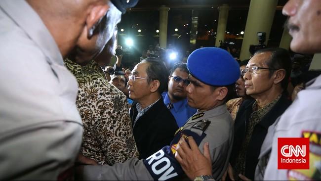 Wakil Ketua KPKAdnan Pandu Praja (tengah) dihalangi untuk bertemu Wakapolri oleh petugas jaga dengan alesan yang bersangkutan sudah tidak di kantor. Jakarta, Jumat malam, 23 Januari 2015.Pimpinan KPK Bambang Widjojanto kini sudah dibebaskan setelah pemeriksaan oleh Bareskrim Polri. (CNN Indonesia/Adhi Wicaksono)