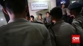 Penjagaan di komplek Mabes Polri diperketat, setelah pimpinan KPK mencoba menemui Wakapolri, Jakarta, Jumat malam, 23 Januari 2015.Pimpinan KPK Bambang Widjojanto kini sudah dibebaskan setelah pemeriksaan oleh Bareskrim Polri.(CNN Indonesia/Adhi Wicaksono)