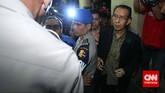 Pimpinan KPK Zulkarnaen dan Adnan Pandu Praja dihalangi untuk bertemu Wakapolri oleh petugas jaga dengan alesan yang bersangkutan sudah tidak di kantor. Jakarta, Jumat malam, 23 Januari 2015.Pimpinan KPK Bambang Widjojanto kini sudah dibebaskan setelah pemeriksaan oleh Bareskrim Polri.(CNN Indonesia/Adhi Wicaksono)