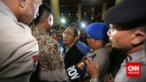 Wakil Ketua KPKAdnan Pandu Praja (tengah) dihalangi untuk bertemu Wakapolri oleh petugas jaga dengan alesan yang bersangkutan sudah tidak di kantor. Jakarta, Jumat malam, 23 Januari 2015. Pimpinan KPK Bambang Widjojanto kini sudah dibebaskan setelah pemeriksaan oleh Bareskrim Polri. (CNN Indonesia/Adhi Wicaksono)