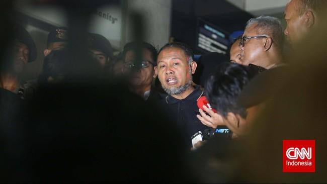 Pimpinan KPK Bambang Widjojanto memberikan keterangan pers setelah dibebaskan dari tahanan Bareskrim Polri. Ia sebelumnya diperiksa atas kasus pemberian kesaksian palsu dalam sengketa Pilkada di Kotawaringin Barat. Jakarta,Sabtu (24/1). (CNN Indonesia/Adhi Wicaksono)
