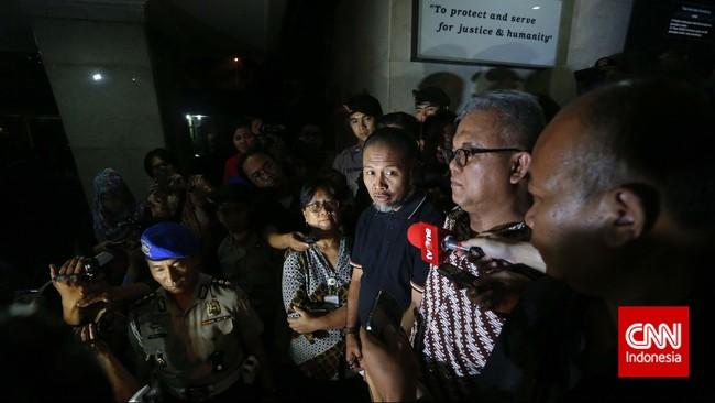 Pimpinan KPK Bambang Widjojanto, dibebaskan dari tahanan Bareskrim Polri setelah sebelumnya dilakukan pemeriksaan atas kasus pemberian kesaksian palsu dalam sengketa Pilkada di Kotawaringin Barat. Jakarta, Sabtu (24/1). (CNN Indonesia/Adhi Wicaksono)
