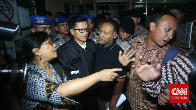 Wakil Ketua KPK Bambang Widjojanto, dibebaskan dari tahanan Bareskrim Polri. Ia bersama para kuasahukumnya pergi meninggalkan kantor Bareskrim Polri, Jakarta,Sabtu (24/1). (CNN Indonesia/Adhi Wicaksono)