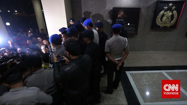 Aparat Polisi memaksa Pimpinan KPK dan wartawan untuk meninggalkan kantor Wakapolri di Komplek Mabes Polri, Jakarta, Jumat malam, 23 Januari 2015.Pimpinan KPK Bambang Widjojanto kini sudah dibebaskan setelah pemeriksaan oleh Bareskrim Polri. (CNN Indonesia/Adhi Wicaksono)