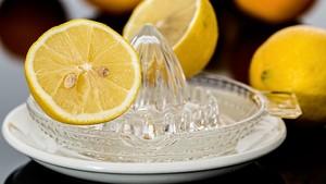 Minum Air Lemon Hangat Tiap Pagi Bikin Perut Bebas Buncit