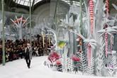 Taman bunga Chanel diberi nama Eden of Haute. taman ini dihadirkan dalam gedung Grand Palais di Paris. Ia menghadirkan replika tanaman dalam warna putih dan sedikit sentuhan warna pink lembut. (Pascal Le Segretain/Getty Images).