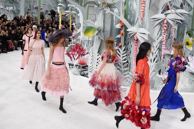 Untuk koleksi Chanel kali ini, Lagerfeld menciptakan busana yang bergaya romantis, fun, bold, dan berwarna-warni. Ia menghadirkan busana dengan warna kuning, oranye terang dan biru. ((Pascal Le Segretain/Getty Images).