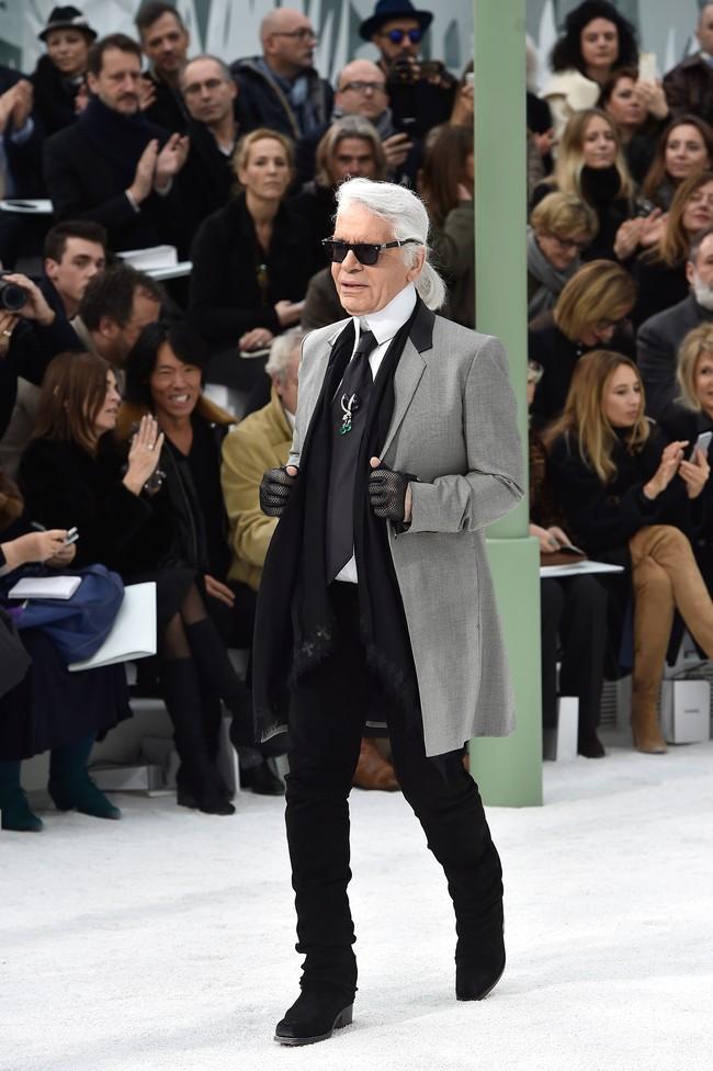 Desainer Karl Lagerfeld tampil usai peragaan busananya di Haute Couture Fashion Week 2015 di Paris. (Pascal Le Segretain/Getty Images).