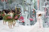 Taman bunga Chanel dihiasi dengan berbagai bunga yang dilambangkan lewat busana floralnya. Di belakangnya menyusul para 'tukang kebun' yang setia merawat bunga. Gambaran inilah yang tercermin dalam cerita busana Chanel. (Pascal Le Segretain/Getty Images).